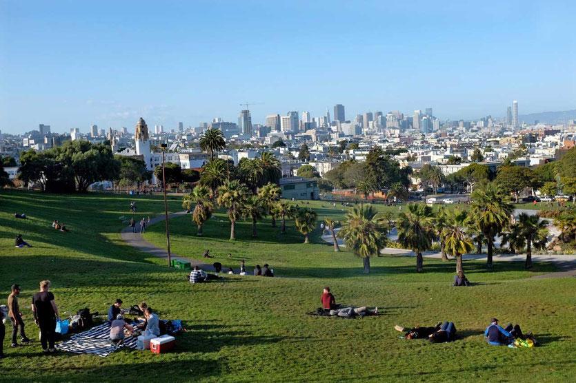 Picknick & San Francisco Blick vom Mission Dolores Park