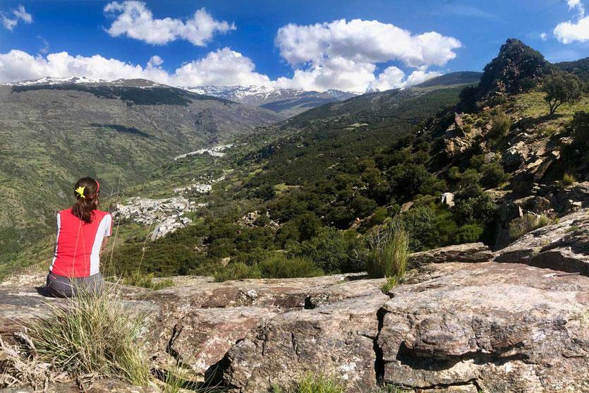 Von Pitres kommend erfreuen wir uns an dem Weitblick über die Schlucht bis zu den Schneegipfeln der Sierra Nevada