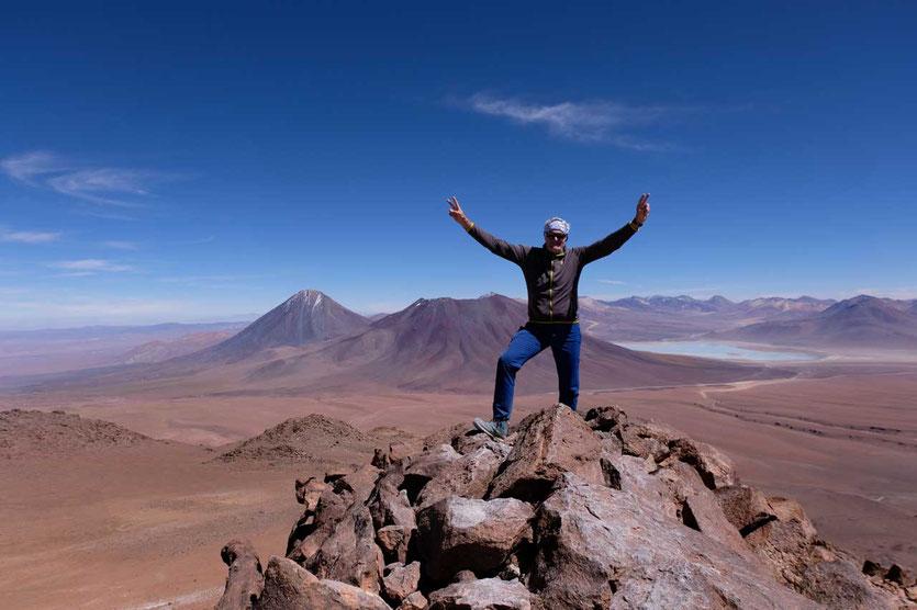 Vulkan Licancabur und sein Nachbar Juriques vom Cerro Toco