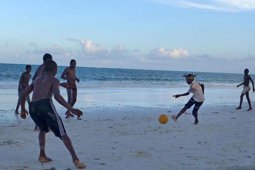 Zanzibar Sansinar travel Fußball am Strand