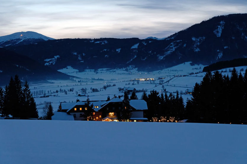 Abendstimmung: Blick über das Häuserl im Wald hinaus auf die Lungauer Talebene