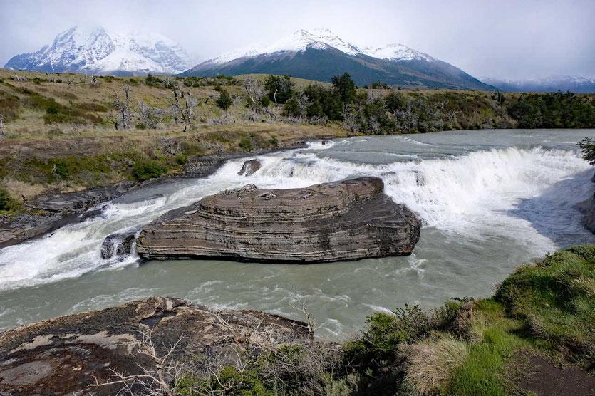 Cascade Rio Paine Torres del Paine