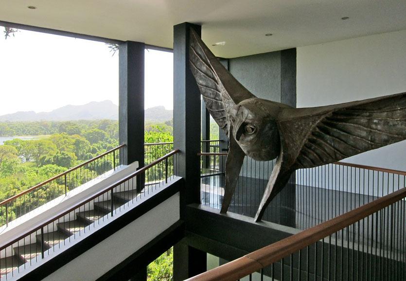 Viele Skulpturen im HERITANCE KANDALAMA Eco-Hotel  Sri Lanka
