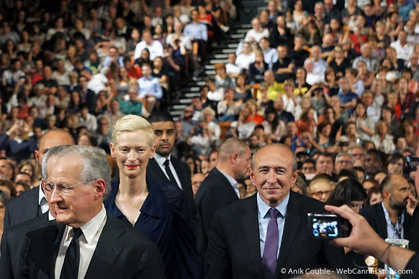 ilda Swinton, entourée Michael Mann et Gérard Collomb, lors  de la cérémonie d'ouverture  du Festival Lumière 2017 - Lyon - Photo © Anik Couble
