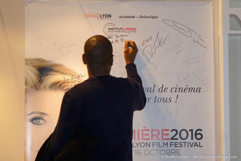Abd Al Malik, signant l'affiche du  Festival Lumière 2016 - Lyon - Photo © Anik Couble