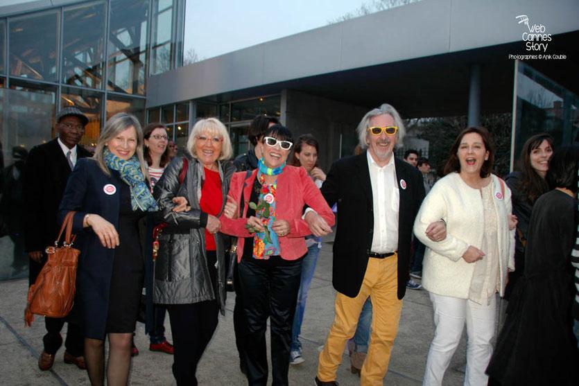 """Tournage du remake de """" Sortie d'Usine """" à l' Institut Lumière, pour célébrer les 120 ans du Cinéma, ici, à  partir de la droite : Sylvaine Valini, Robert et Monique Barnoin accompagnés de 2 amies - Lyon - 19 mars 2015 - Photo © Anik COUBLE"""