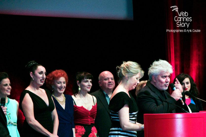 Pedro Almodovar au micro, entouré de Elena Anaya, Rossy de Palma, Marisa Paredes, Juliette Binoche, Agustin Almodovar et Calémia Jordana - Remise du prix Lumière - Festival Lumière - Lyon - Oct 2014 -
