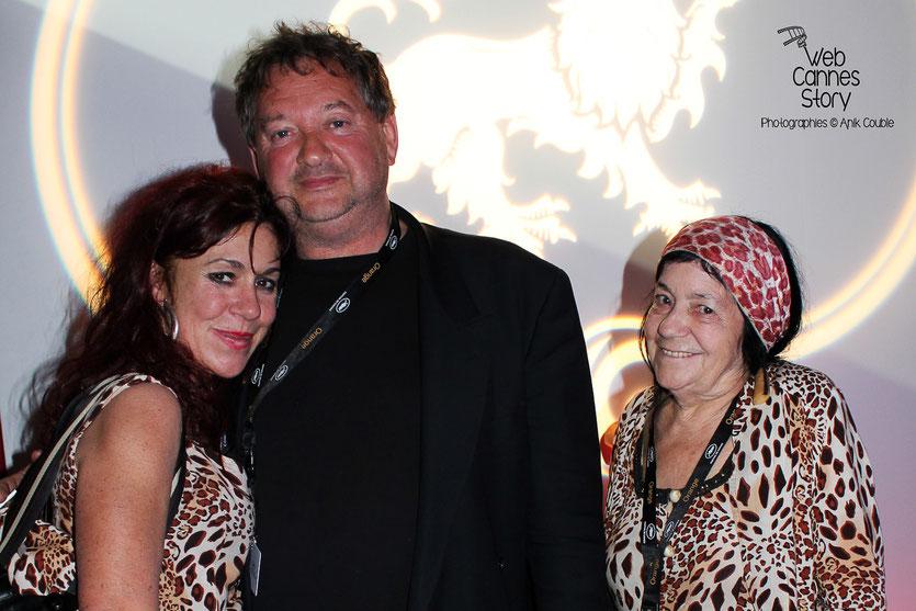 Pascaline Benito et Esméralda Petit-Benito, les célèbres femmes panthères, en compagnie d'un ami - Festival de Cannes 2011 - Photo © Anik Couble