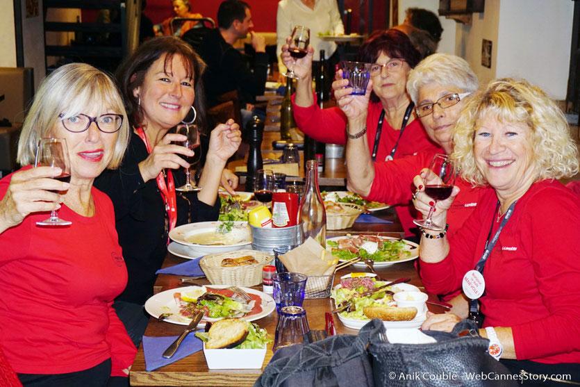 Agréable resto de fin de Festival, en compagnie de 5 sympathiques bénévoles, Ginette, Constance, Annie, Lola et Annie - Festival Lumière - Lyon - Octobre 2016 - Photo © Anik Couble