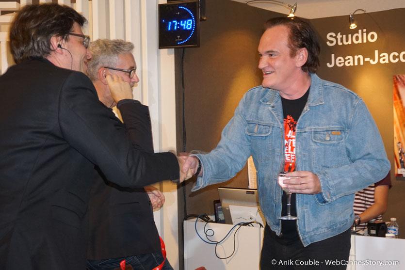 Quentin Tarantino,  saluant Philippe Rouyer, chroniqueur  de Radio Lumière - Festival Lumière 2016 - Lyon - Photo © Anik Couble
