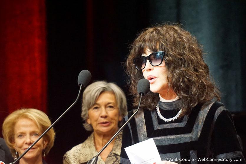 Isabelle Adjani, prononçant un discours en hommage à Wong Kar-wai, lors de la cérémonie de remise du Prix Lumière à Wong Kar-wai - Festival Lumière 2017 - Lyon  - Photo © Anik Couble