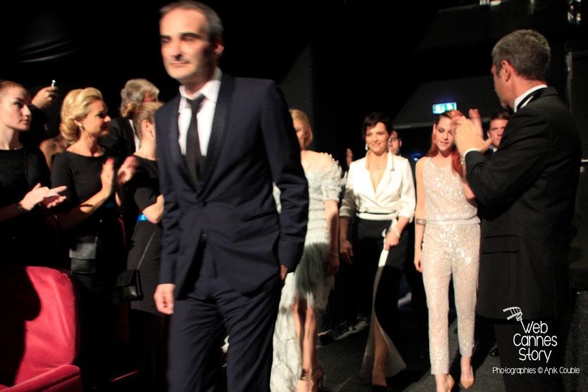 Kristen Stewart, en compagnie de  Chloë Moretz,  Juliette Binoche et Olivier Assayas, lors de la présentation du film «Sils Maria» d'Olivier Assayas - Festival de Cannes 2014 - Photo © Anik COUBLE