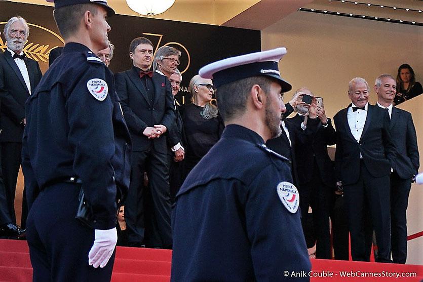Jane Campion,  seule femme ayant obtenu une palme d'or, entourée de 12 réalisateurs palmés,  en haut des marches, pour assister à la cérémonie des 70 ans du Festival de Cannes - Festival de Cannes 2017 - Photo © Anik Couble