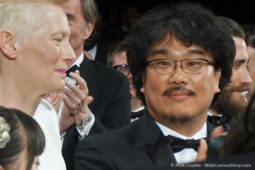 Tilda Swinton et Bong Joon Ho, lors de la projection du film Okja, de Bong Joon Ho - Festival de Cannes 2017 - Photo © Anik Couble