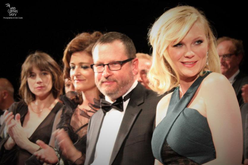 """Kirsten Dunst, Lars Von Trier, Charlotte Gainsbourg, lors de la projection de """"Melancholia"""" de Lars Von Trier- Festival de Cannes 2011 - Photo © Anik Couble"""