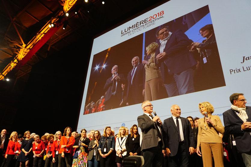 Jane Fonda, sur scène, entourée de Thierry Frémaux, Georges Képénékian, maire de Lyon, David Kimelfeld, président de la métropole, l'équipe de l'Institut Lumière et 700 bénévoles - Clôture du Festival Lumière 2018 - Lyon - Photo © Anik Couble