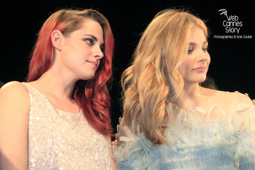 Kristen Stewart et Chloë Moretz, lors de la présentation du film «Sils Maria» d'Olivier Assayas - Festival de Cannes 2014 - Photo © Anik COUBLE