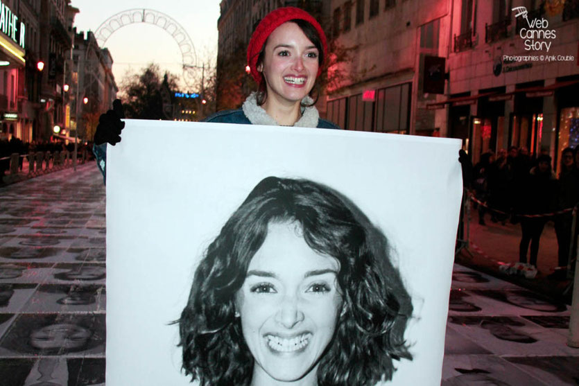 "Charlotte Le Bon et son portrait - projet ""Inside Out"" de l'Artiste JR - Lyon  Déc 2013 - Photo © Anik COUBLE"