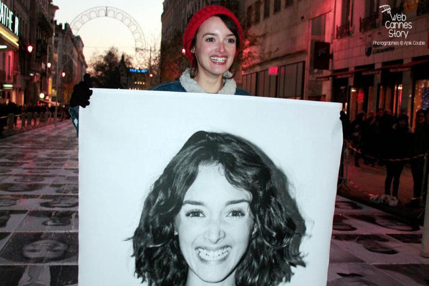 """Charlotte Le Bon et son portrait - projet """"Inside Out"""" de l'Artiste JR - Lyon  Déc 2013 - Photo © Anik COUBLE"""