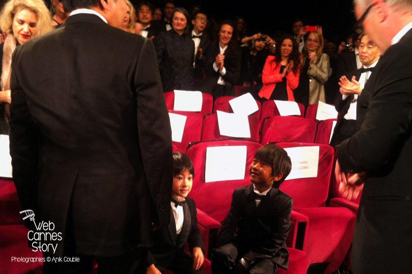 """Les petits acteurs et le réalisateur, Kore-Eda Hirokazu, du film japonais """"Tel père, tel fils"""" - Festival de Cannes 2013 - Photo © Anik COUBLE"""