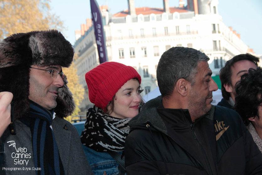 """Toumi Djaïdja, Charlotte Le Bon et Arbi Rezgui, lors de l'inauguration de l'Expo Photo """"Inside Out"""" de l'Artiste JR - Lyon  Déc 2013 - Photo © Anik COUBLE"""