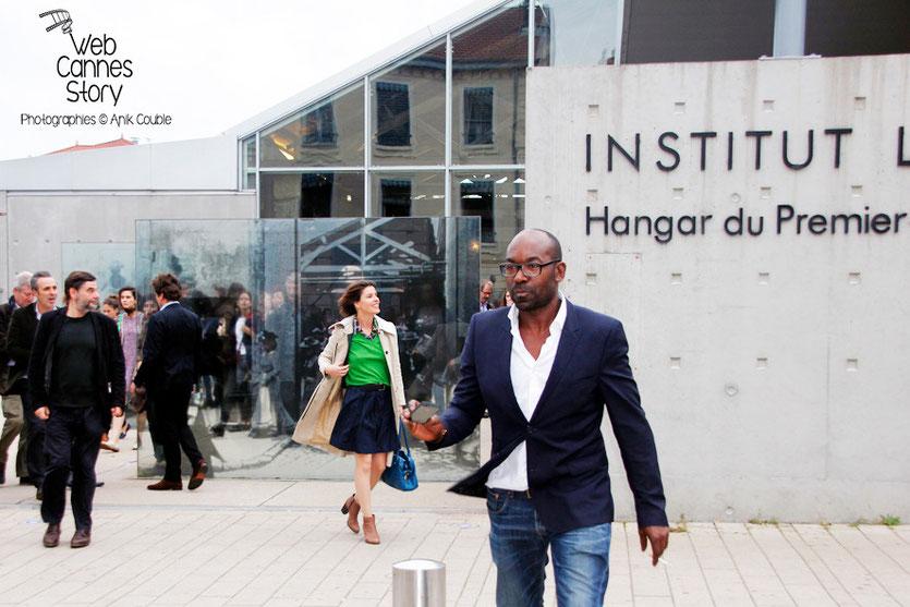 Remake de la sortie des usines Lumière, avec tous les participants, dont au centre, Lucien Jean-Baptiste - Festival Lumière - Lyon - Octobre 2013 - Photo © Anik COUBLE