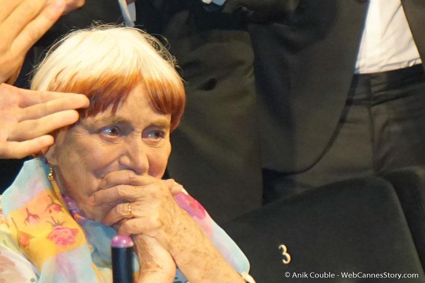 """Agnès Varda très émue, lors de la projection du film documentaire """"Visages Villages"""" qu'elle a coréalisé avec JR - Festival de Cannes 2017 - Photo © Anik Couble"""