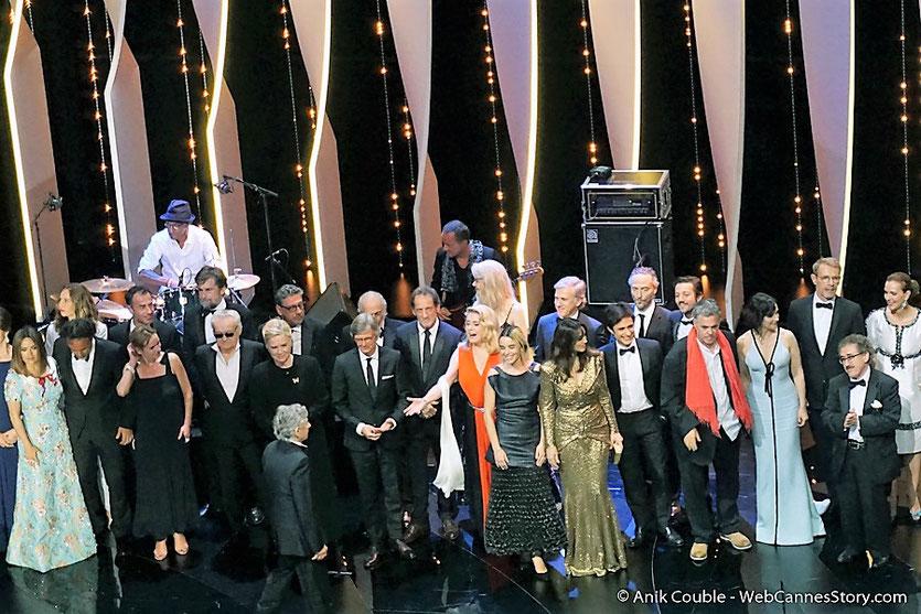 Les nombreux et prestigieux invités, sur la scène du Palais des festivals, pour célébrer les 70 ans du Festival de Cannes - Festival de Cannes 2017 - Photo © Anik Couble