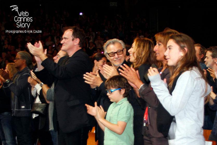Quentin Tarantino, entouré de Tim Roth et d'Harvey Keitel, applaudissant les bénévoles - Clôture du Festival Lumière - Lyon - 2013 - Photo © Anik COUBLE