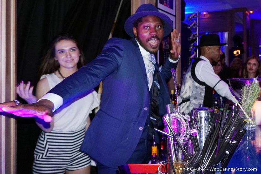 """Le dynamique barman de la soirée du magazine de cinéma """" Le film français"""" dans le salon """"Madame Monsieur"""" de L'Hôtel Carlton - Festival de Cannes 2016 - Photo © Anik Couble"""