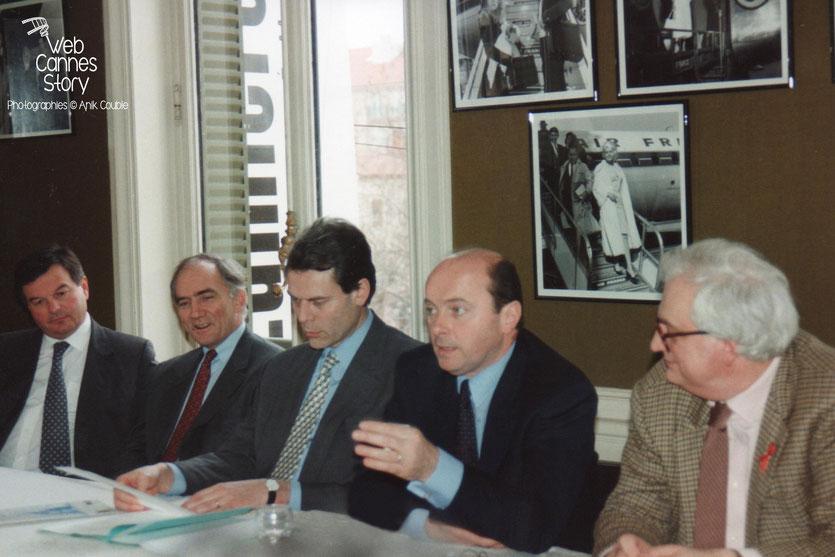 Michel Mercier (Prt du Conseil Général), Charles Millon (Prt de la Région Rhône-Alpes), Michel Noir (Maire de Lyon), Jacques Toubon( Ministre de la Culture) et Bertrand Tavernier (Prt Institut Lumière) - Centenaire du Cinéma - Lyon - 1995 © Anik COUBLE