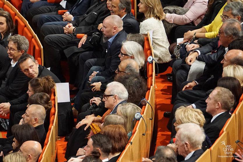 Martin Scorsese, entouré des nombreux invités - lors de la Remise de son Prix Lumière - Festival Lumière - Lyon - Oct 2015 - Photo © Anik COUBLE