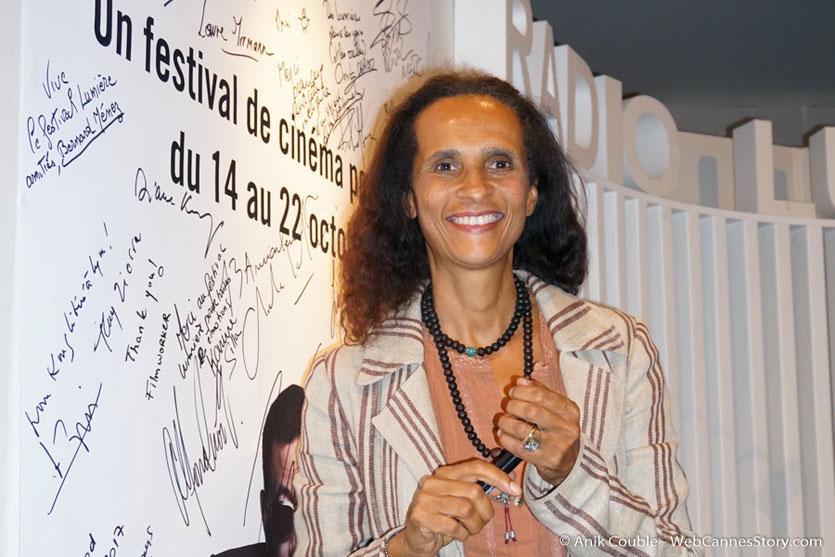 """Karine Silla,  invitée  de """"La Grande Emission"""" de Radio Lumière, signant l'affiche du Festival - Festival Lumière 2017 - Lyon - Photo © Anik Couble"""