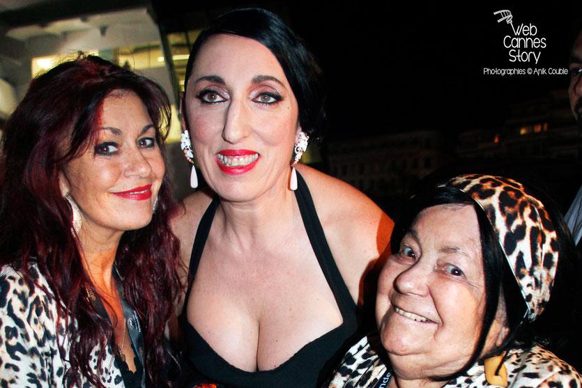 Pascaline Benito et Esméralda Petit-Benito, les célèbres femmes panthères, en compagnie de Rossy di Palma - Festival de Cannes 2015 - Photo © Anik COUBLE
