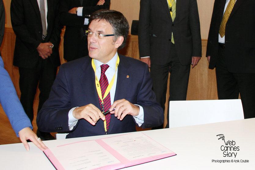 """Lluis Recorder i Miralles, Ministre du Territoire et du Developpement Durable en Catalogne, signant  """"La déclaration de Lyon"""", à l'issue de la conférence européenne des Régions pour le climat - Lyon - 0ctobre 2011  © Anik COUBLE"""
