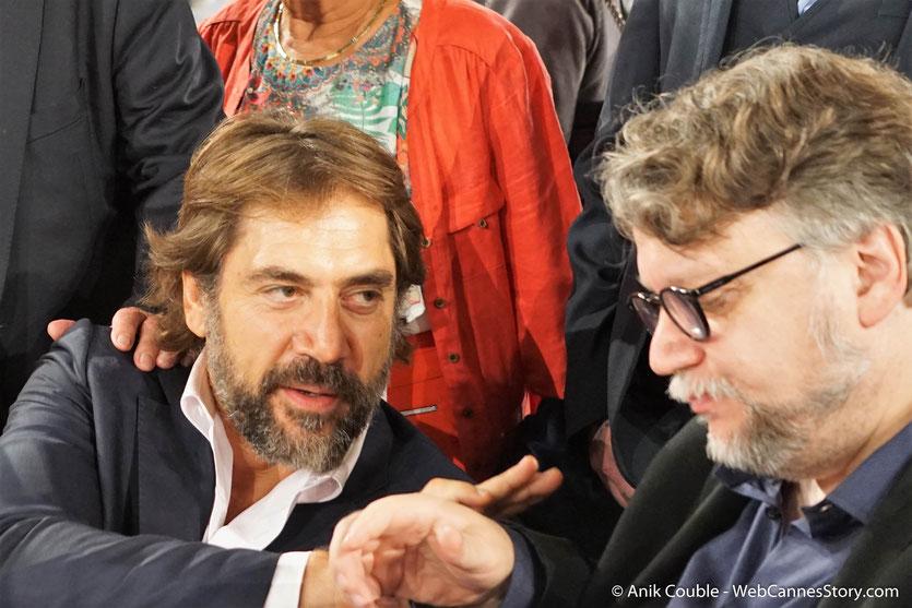 Javier Bardem et Guillermo Del Toro, en pleine discussion, lors du très convivial dîner d'ouverture, du Festival Lumière 2018 - Lyon - Photo © Anik Couble