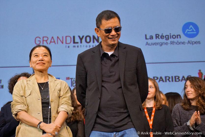 Wong Kar-Wai et son épouse Esther,  sur la scène de la Halle Tony Garnier - Clôture du Festival Lumière 2017 - Lyon - Photo © Anik Couble