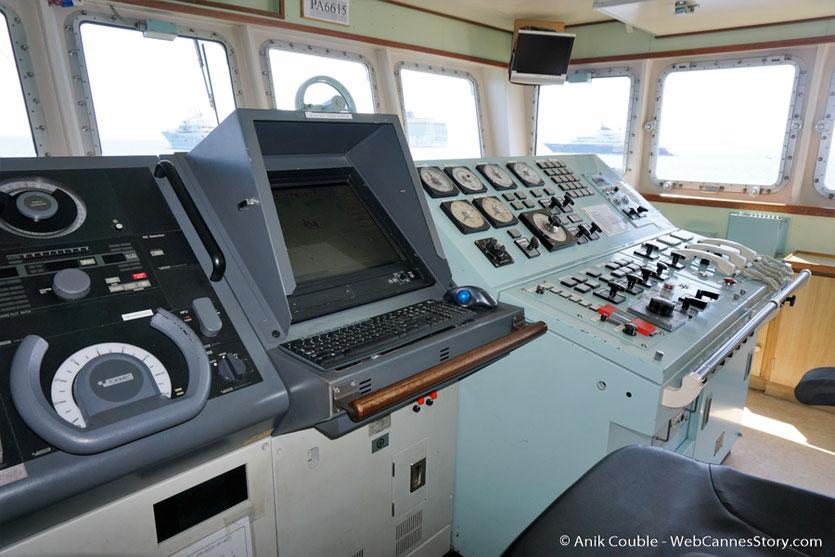"""Le poste de pilotage du """"Sam Simon"""" l'un des bateaux de la fondation Sea Shepherd - Festival de Cannes 2016 - Photo © Anik Couble"""
