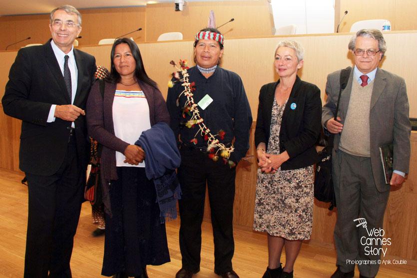 José Gualinga, représentant  la communauté Quechua Sarayaku en Equateur et sa soeur, entourés de Jean-Jack Queyranne et Véronique Moreira  Moreira, lors de la conférence européenne des Régions pour le climat - Lyon - 0ctobre 2011  © Anik COUBLE