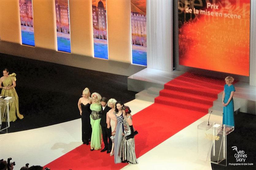 """Mathieu Amalric, Prix de la mise en scène,  pour """"Tournée"""", entouré de ses actrices - Festival de Cannes 2010 - Photo © Anik Couble"""