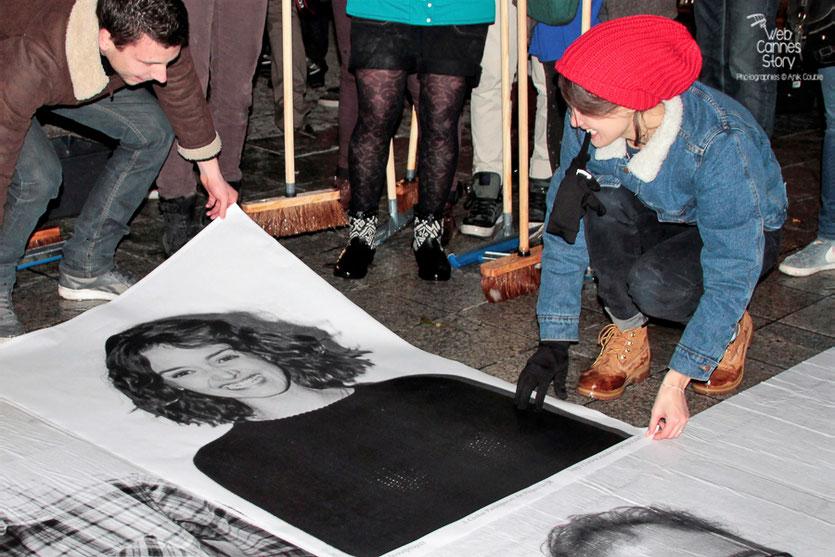 """Charlotte Le Bon, installant son portrait, entourée des participants du projet """"Inside Out"""" de l'Artiste JR - Lyon  Déc 2013 - Photo © Anik COUBLE"""