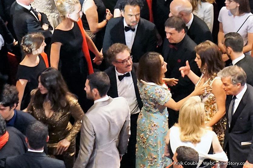 Agréables moments d'échanges,  entre les nombreux invités, venus célébrer les 70 ans du Festival de Cannes - Festival de Cannes 2017 - Photo © Anik Couble