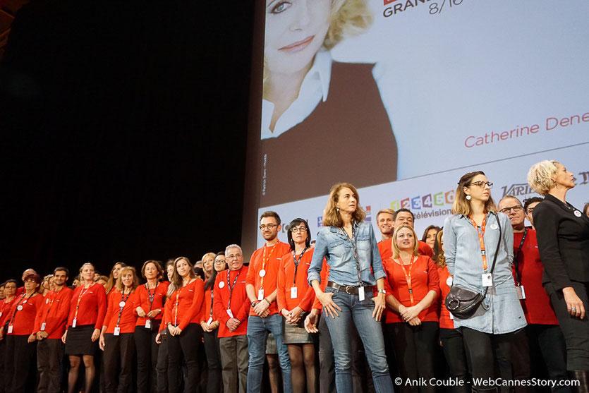 Les bénévoles, sur la scène de la Halle Tony Garnier - Clôture du Festival Lumière - Lyon - Octobre 2016 - Photo © Anik Couble