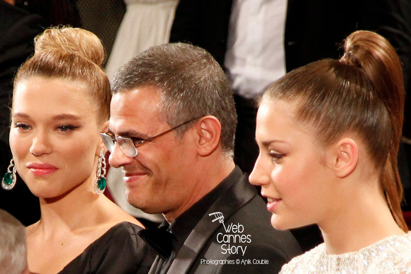 Léa Seydoux, Abdellatif Kechiche et Adèle Exarchopoulos, lors la projection, du film «La Vie d'Adèle» d' Abdellatif Kechiche - Festival de Cannes 2013 - Photo © Anik COUBLE