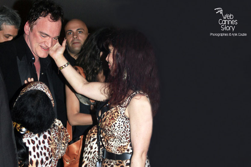 Quentin Tarantino et les femmes panthères, Pascaline et Esmeralda, lors de la soirée de clôture - Festival de Cannes - 2009 - Photo © Anik COUBLE