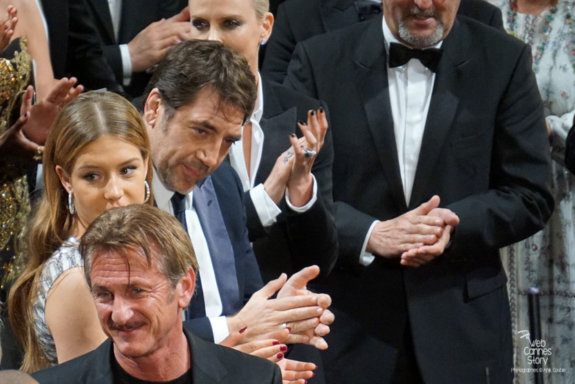 "Sean Penn, entouré d'Adèle Exarchopoulos, Javier Bardem et Charlize Theron,  lors de la projection de son film ""The last face""  - Festival de Cannes 2016 - Photo © Anik Couble"
