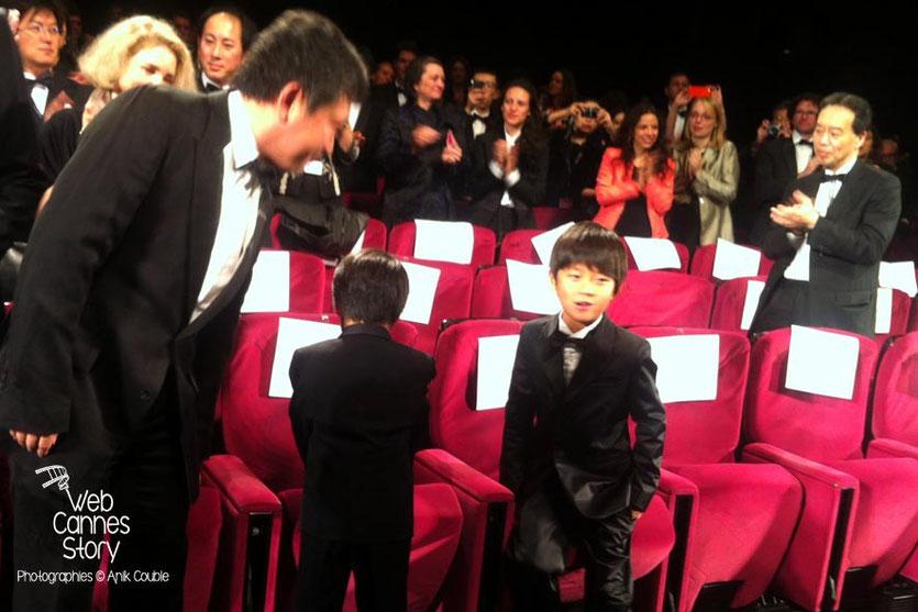 """Le réalisateur, Kore-Eda Hirokazu, du film japonais """"Tel père, tel fils"""" et ses petits acteurs - Festival de Cannes 2013 - Photo © Anik COUBLE"""