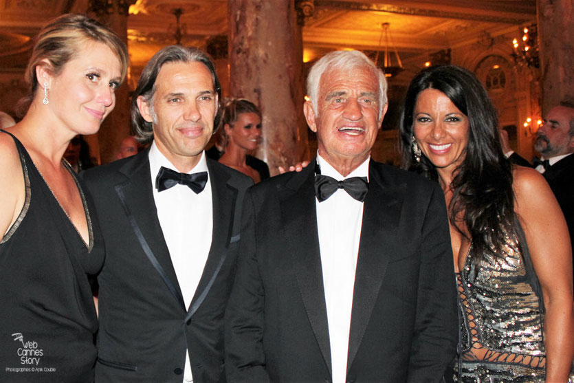 Jean-Paul Belmondo et sa compagne Barbara Gandolfi,  entouré de son fils Paul et  de sa femme Luana, lors du dîner donné en son honneur, au Carlton - Festival de Cannes 2011 - Photo © Anik Couble