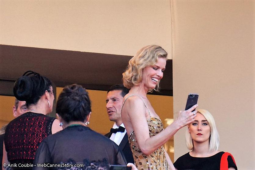 Eva Herzigová, photographiant le public, avant d'assister à la cérémonie d'ouverture du 70e Festival de Cannes - Festival de Cannes 2017 - Photo © Anik Couble