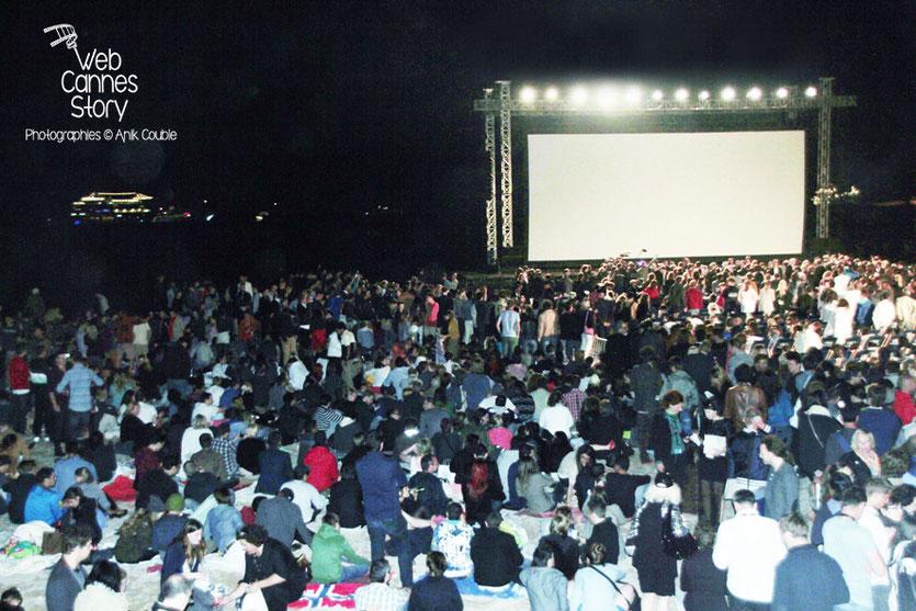 Foule des grands soirs, au Cinéma de la plage, pour la projection de «Pulp Fiction» - Festival de Cannes 2014 - Photo © Anik COUBLE